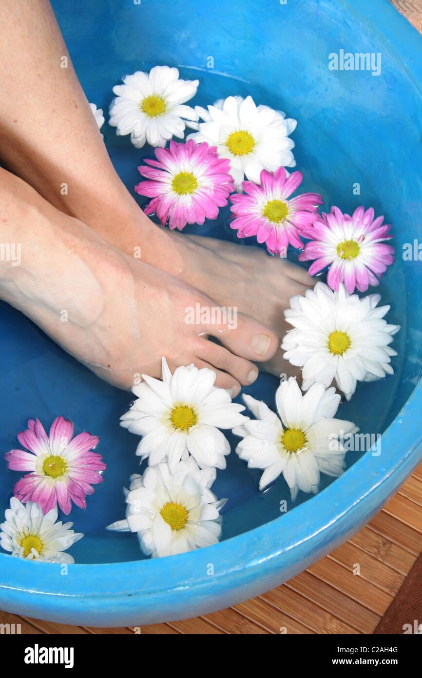 Publicado mujer pies calientes empapar en el health spa Imagen De Stock