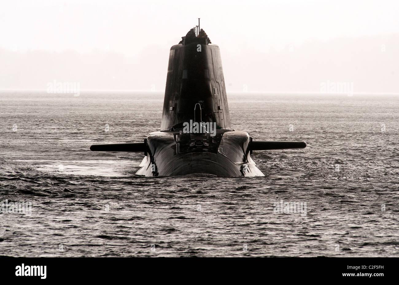 HMS Astute, la Royal Navy el último submarino nuclear navegar arriba en el Firth of Gareloch Cylde a su nueva Imagen De Stock