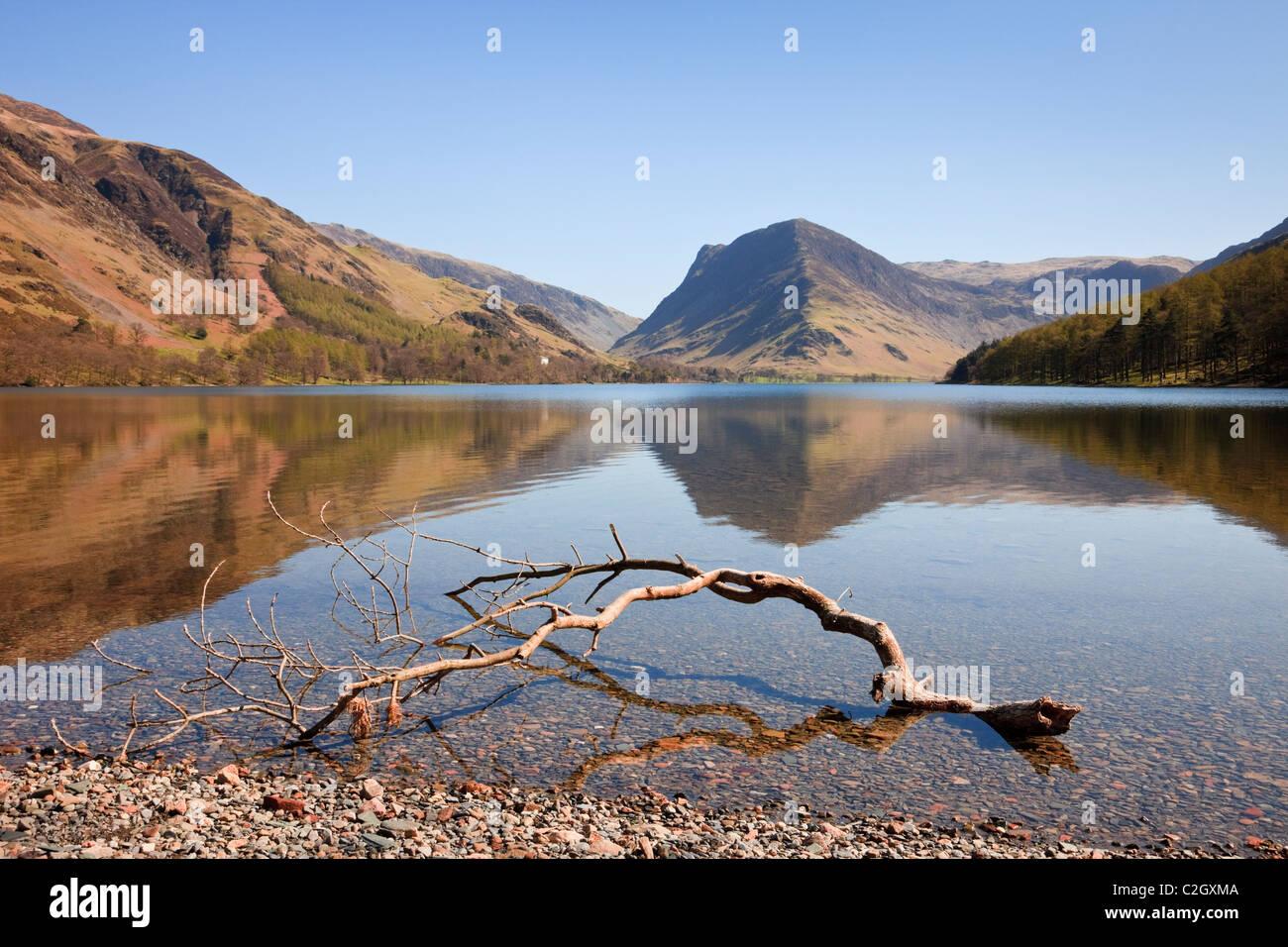 Vistas panorámicas a la montaña Fleetwith Pike reflejado en el lago Buttermere en inglés Lake District Imagen De Stock