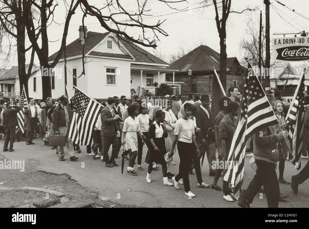 Los participantes, algunos llevando banderas americanas, marchando en la marcha de derechos civiles de Selma a Montgomery, Imagen De Stock