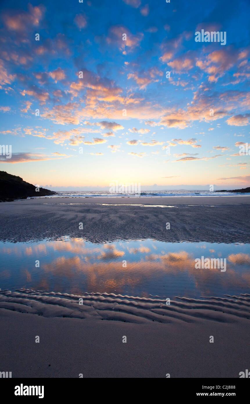Reflexiones en la playa por la noche en False Bay, Connemara, Condado de Galway, Irlanda. Imagen De Stock