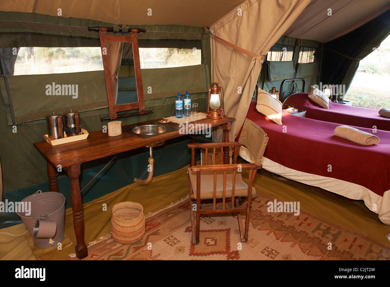 Filmación de interiores de lujo habitación para dormir en carpa de Serengeti Safari tendían campamento, Imagen De Stock