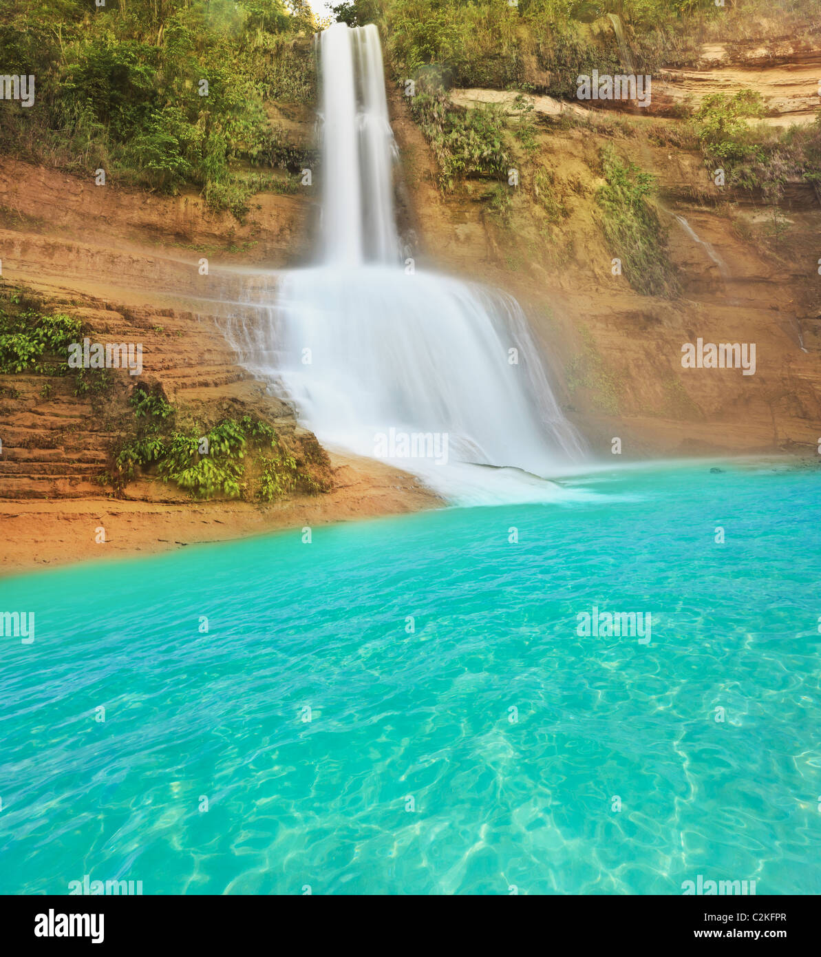 Hermosa cascada en día soleado de verano. Filipinas Foto de stock