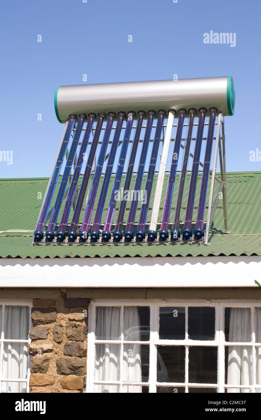 Calentador de agua solar en la azotea. Imagen De Stock