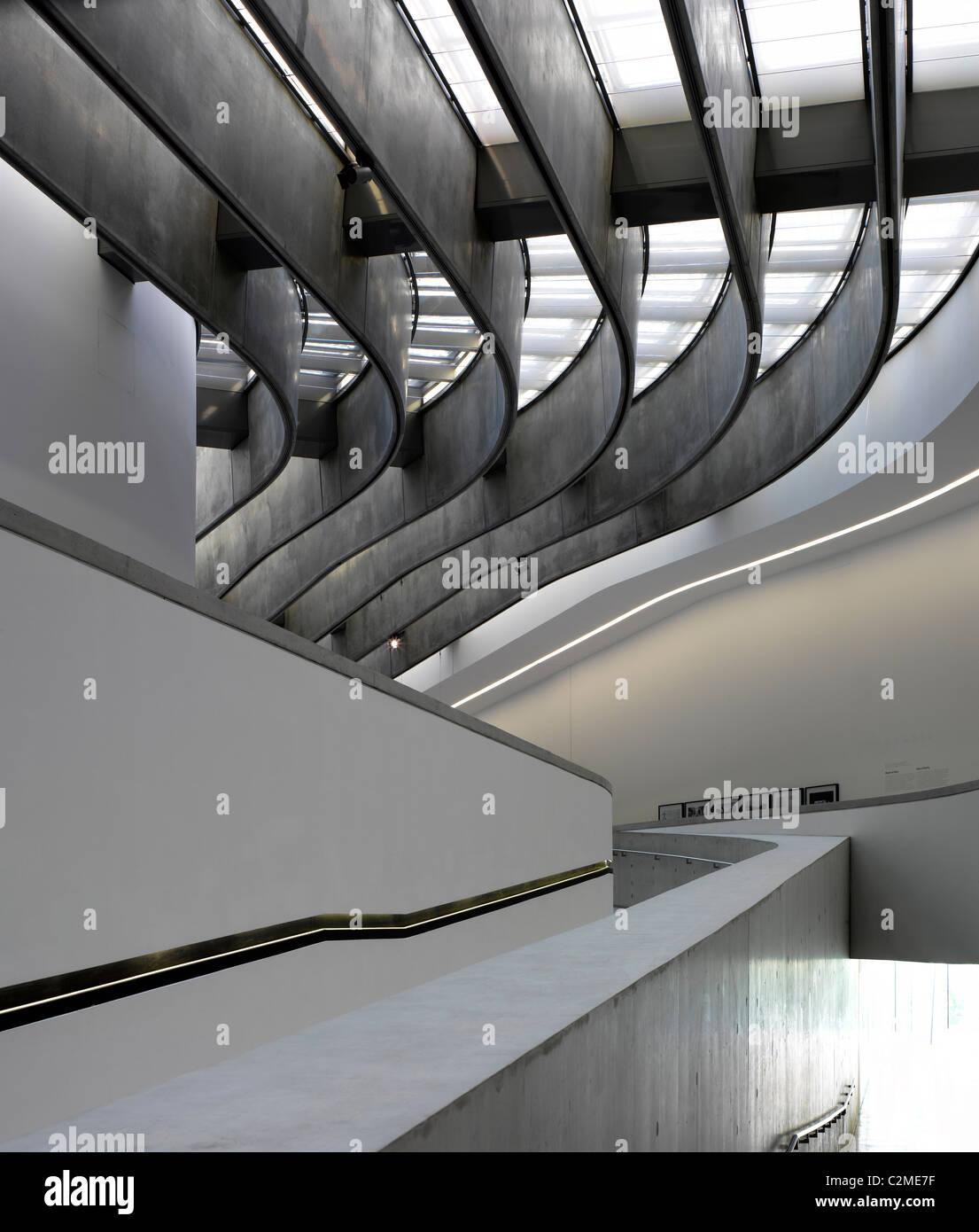 Las formas arquitectónicas en el MAXXI, Museo Nacional de Artes del siglo XXI, Roma. Imagen De Stock