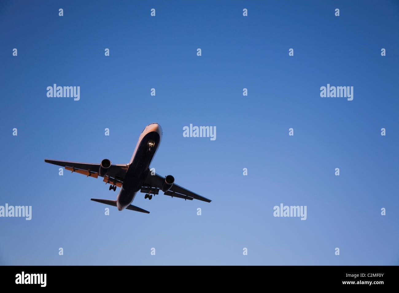 El aterrizaje de aviones jet comerciales; Dorval, Quebec, Canadá Imagen De Stock