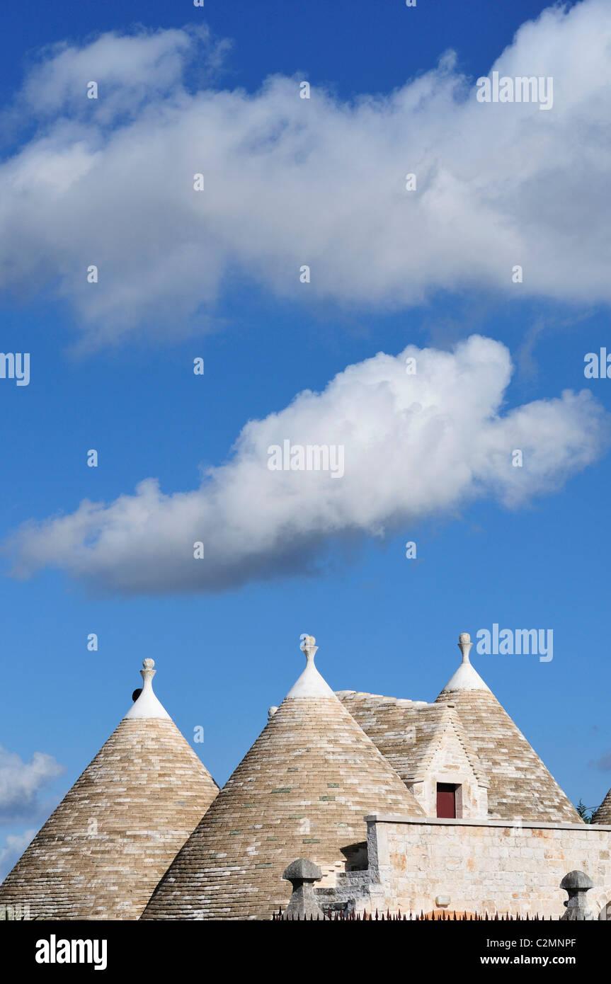 Alberobello. Puglia. Italia. Tejados de forma cónica de un trullo en el campo entre Locorotondo y Alberobello. Imagen De Stock