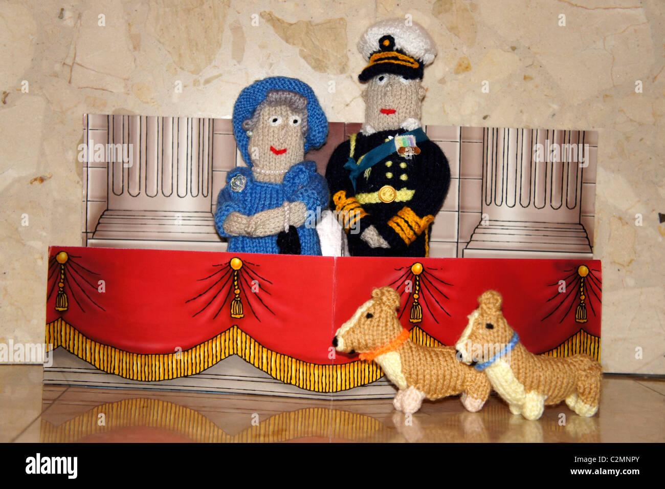 Su Alteza Real la Reina Isabel, el Príncipe Felipe y corgi, tejida de cifras. Boda Real. Foto de stock