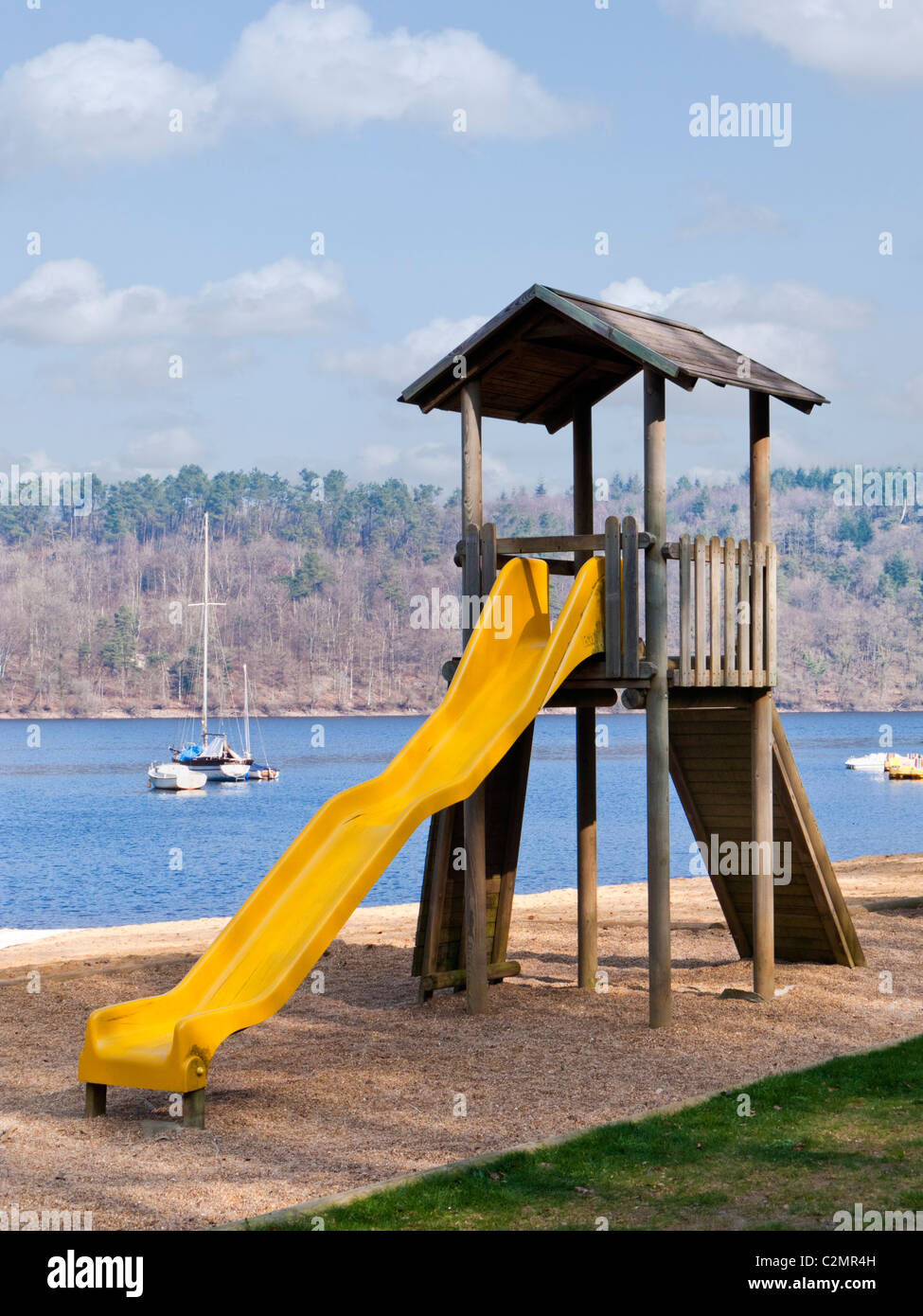 Diapositiva de playground para niños junto a un lago Imagen De Stock