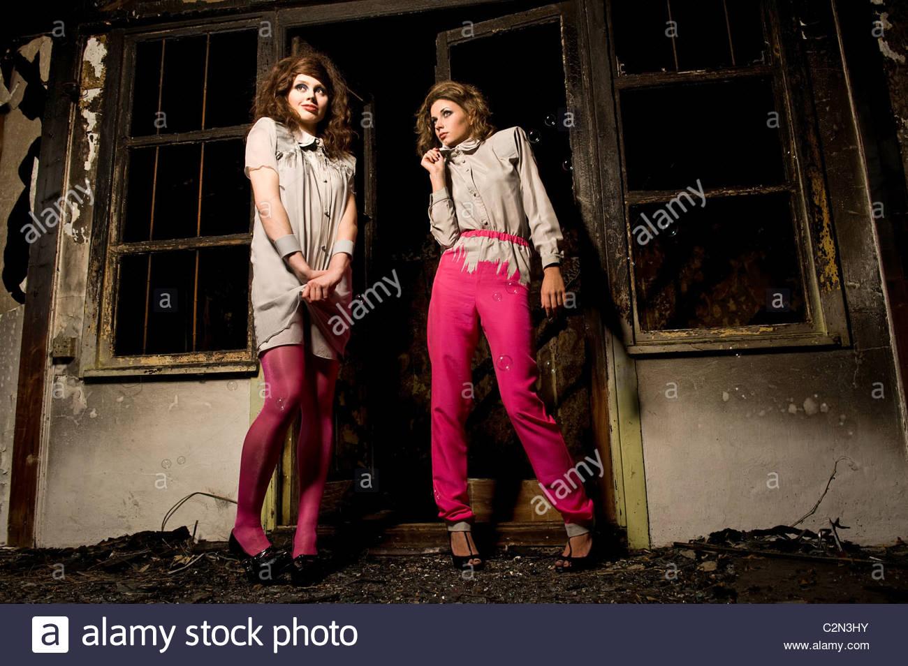 Modelos de moda caucásica en edificio quemado Imagen De Stock