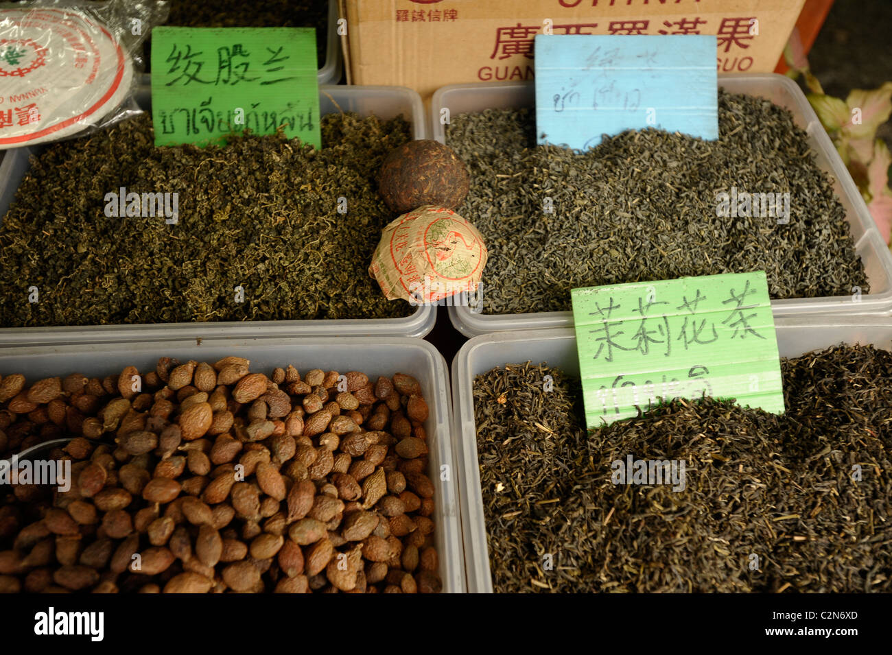 Las hierbas chinas, té y especias para venta por peso, Yaowarat Road , Chinatown, Bangkok, Tailandia Imagen De Stock