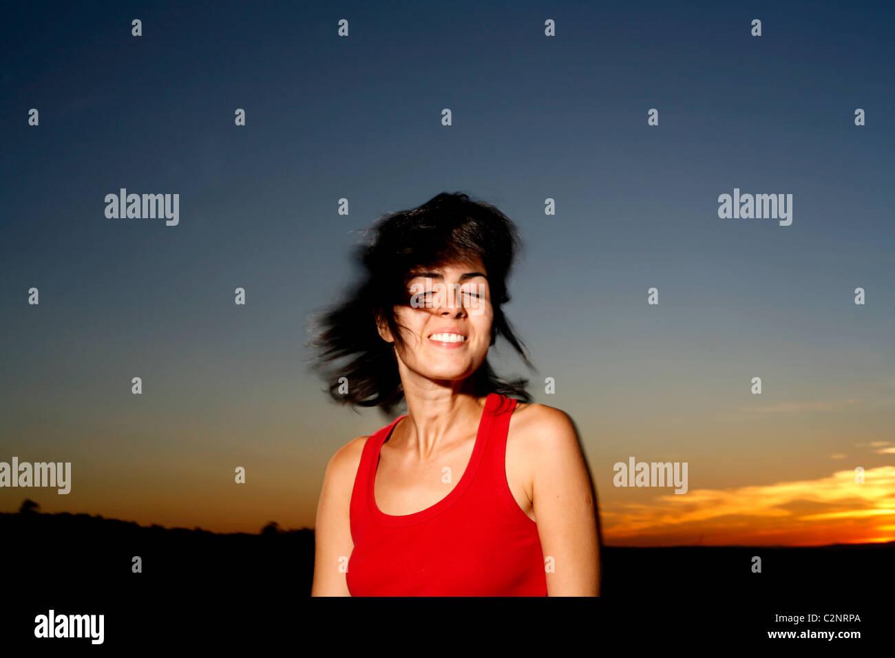 Mujer latina con el cabello oscuro y el atardecer Foto de stock