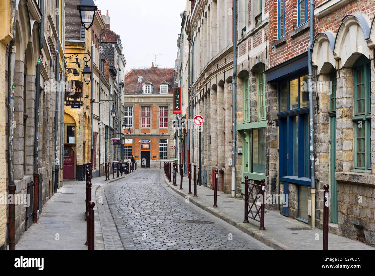 Calle típica del casco antiguo (Vieux Lille), Rue des Trois Mollettes, Lille, Flandes, Francia Imagen De Stock