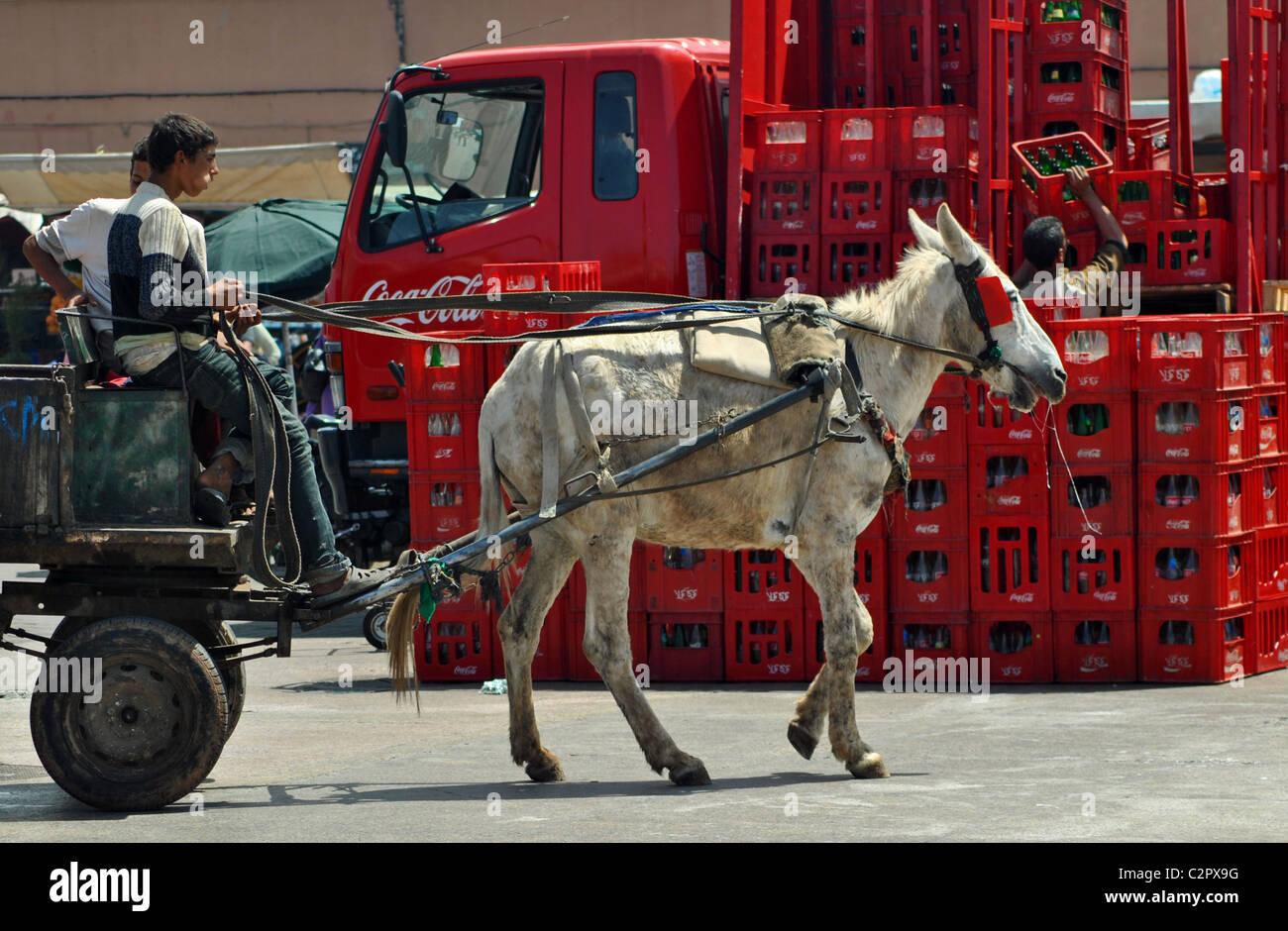 Carreta de burro y Coca Cola camión, Marrakech, Marruecos Imagen De Stock