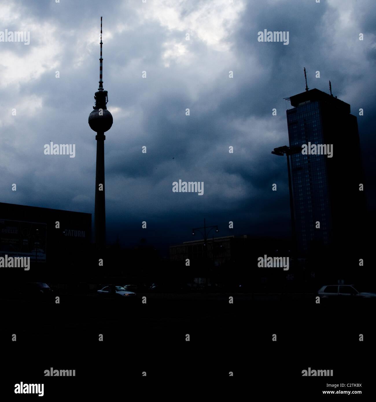 Un cielo oscuro alrededor de la torre de TV en Alexanderplatz en Berlín. Imagen De Stock