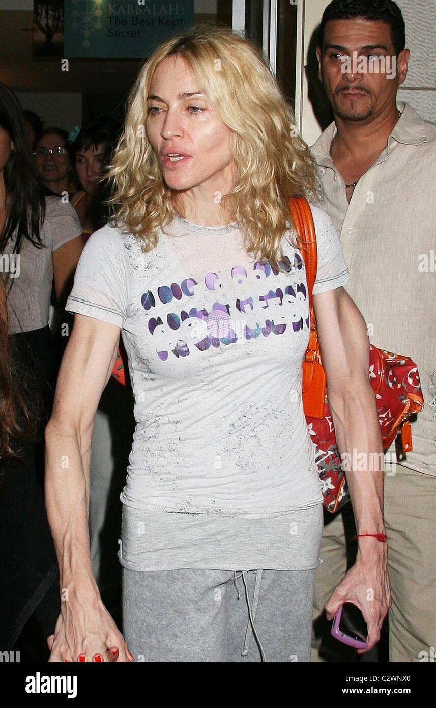 MALAS DECISIONES Madonna-aspecto-cansado-como-ella-sale-del-centro-de-la-cabala-con-su-familia-de-la-ciudad-de-nueva-york-ee-uu-25-07-08-c2wnx0
