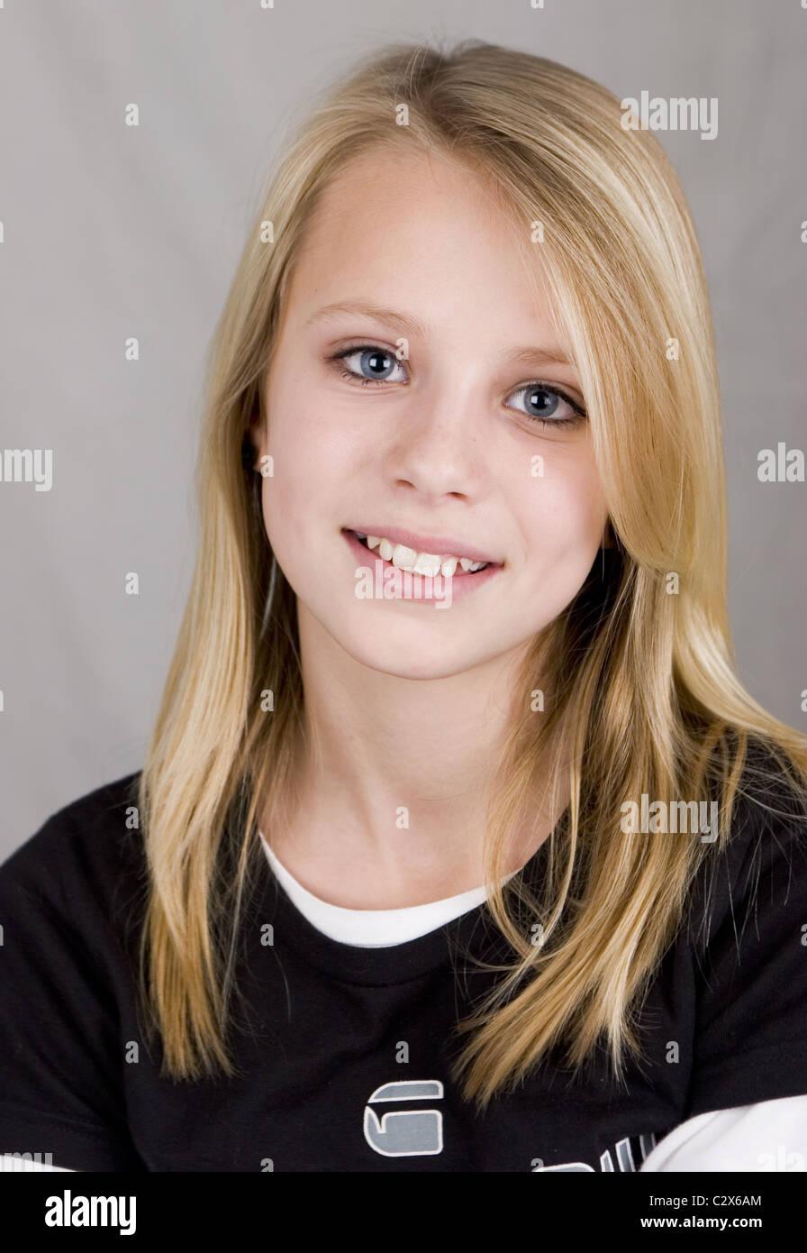 Chica Rubia Adolescente Feliz Mirar Cámara 12 13 Años De Edad Fotografía De Stock Alamy