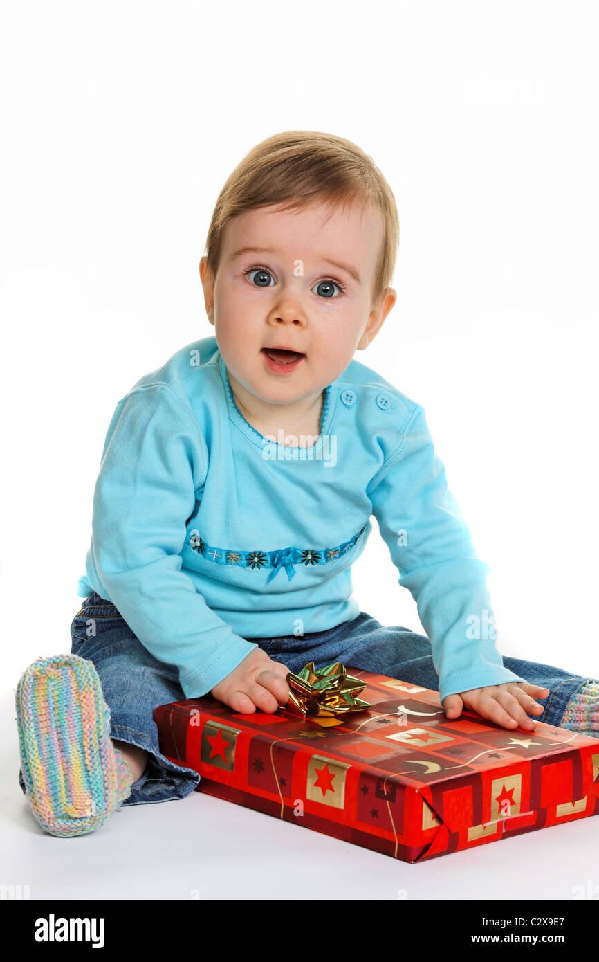 Chico con un paquete de regalo de cumpleaños Foto de stock