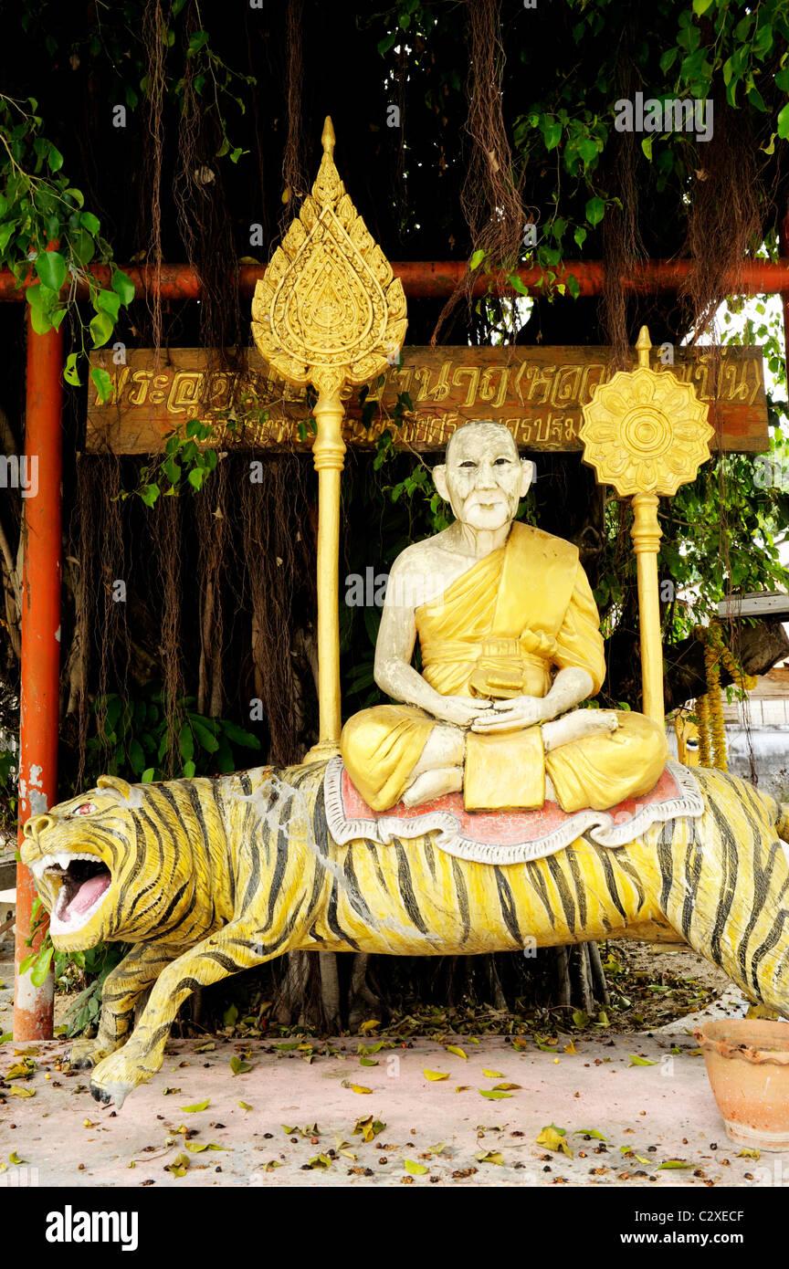 Buda sentado sobre un tigre estatua , wat mani phraison o Wat Manee Pai,Hijo, Mae Sot, en el oeste de Tailandia Imagen De Stock