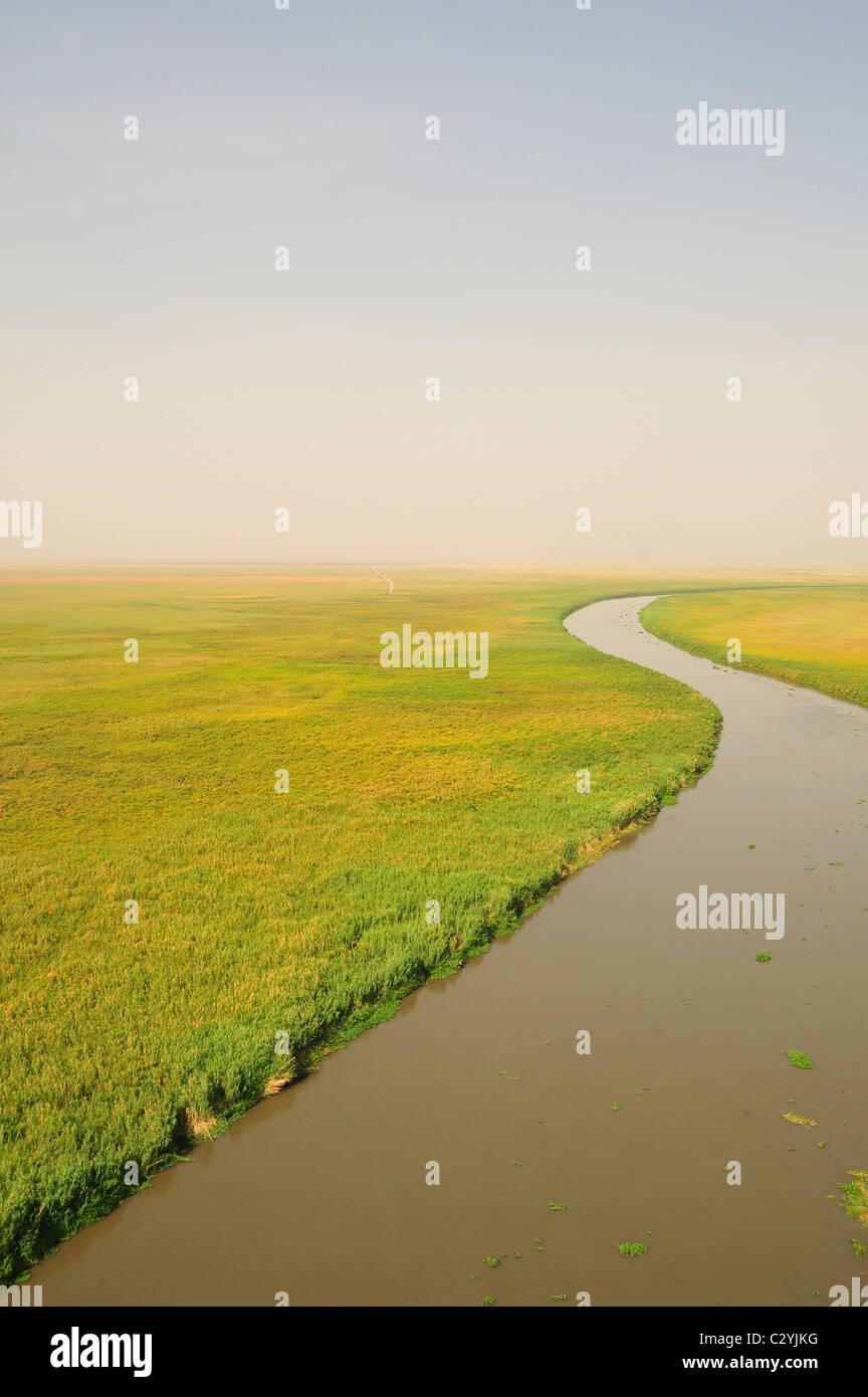 Río que serpentea a través de la pradera, Bahr el Jabal, Sudd Pantano, Sudán Foto de stock