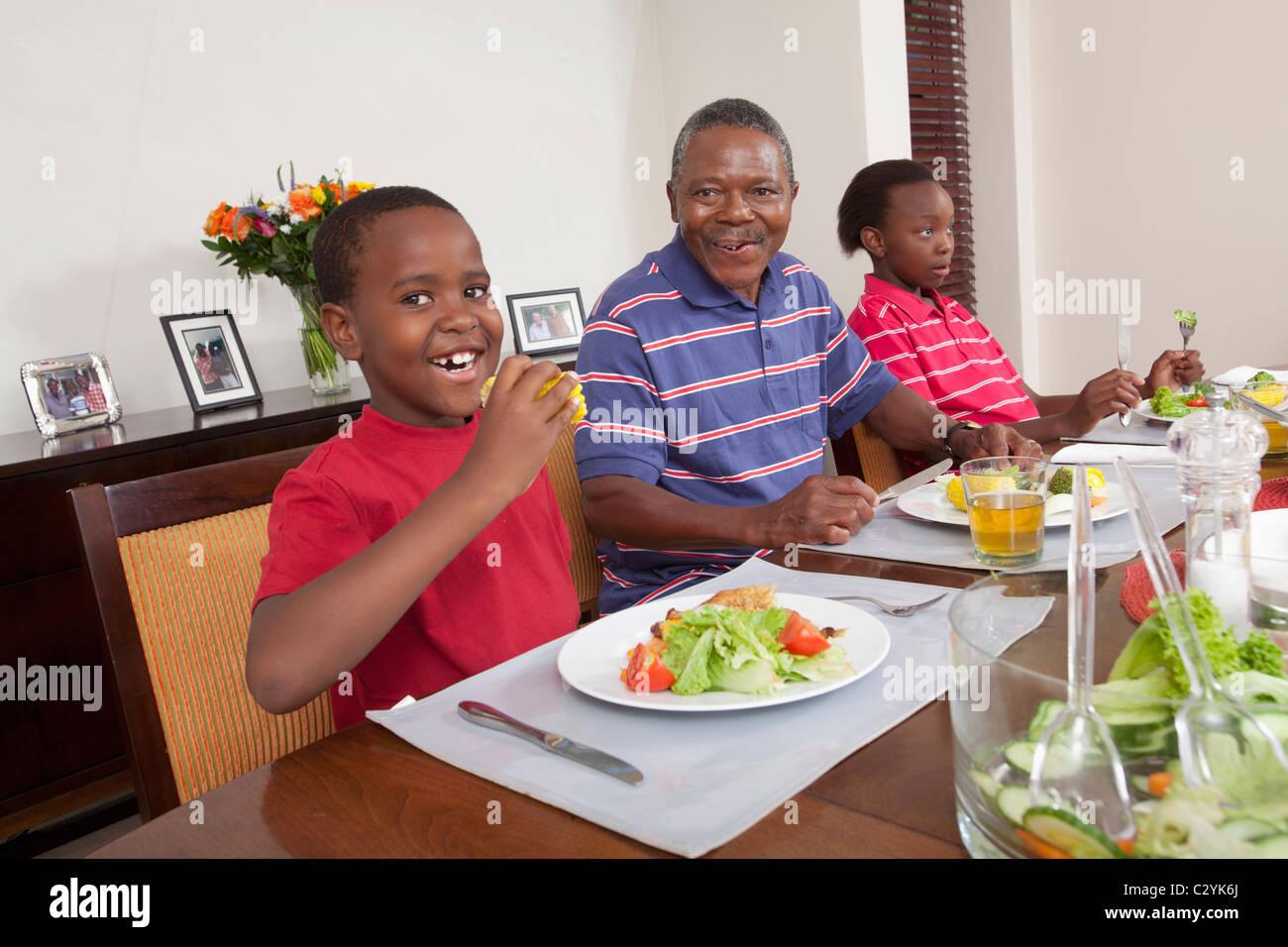 Comer en familia, mesa de comedor, Johannesburgo, Sudáfrica Imagen De Stock