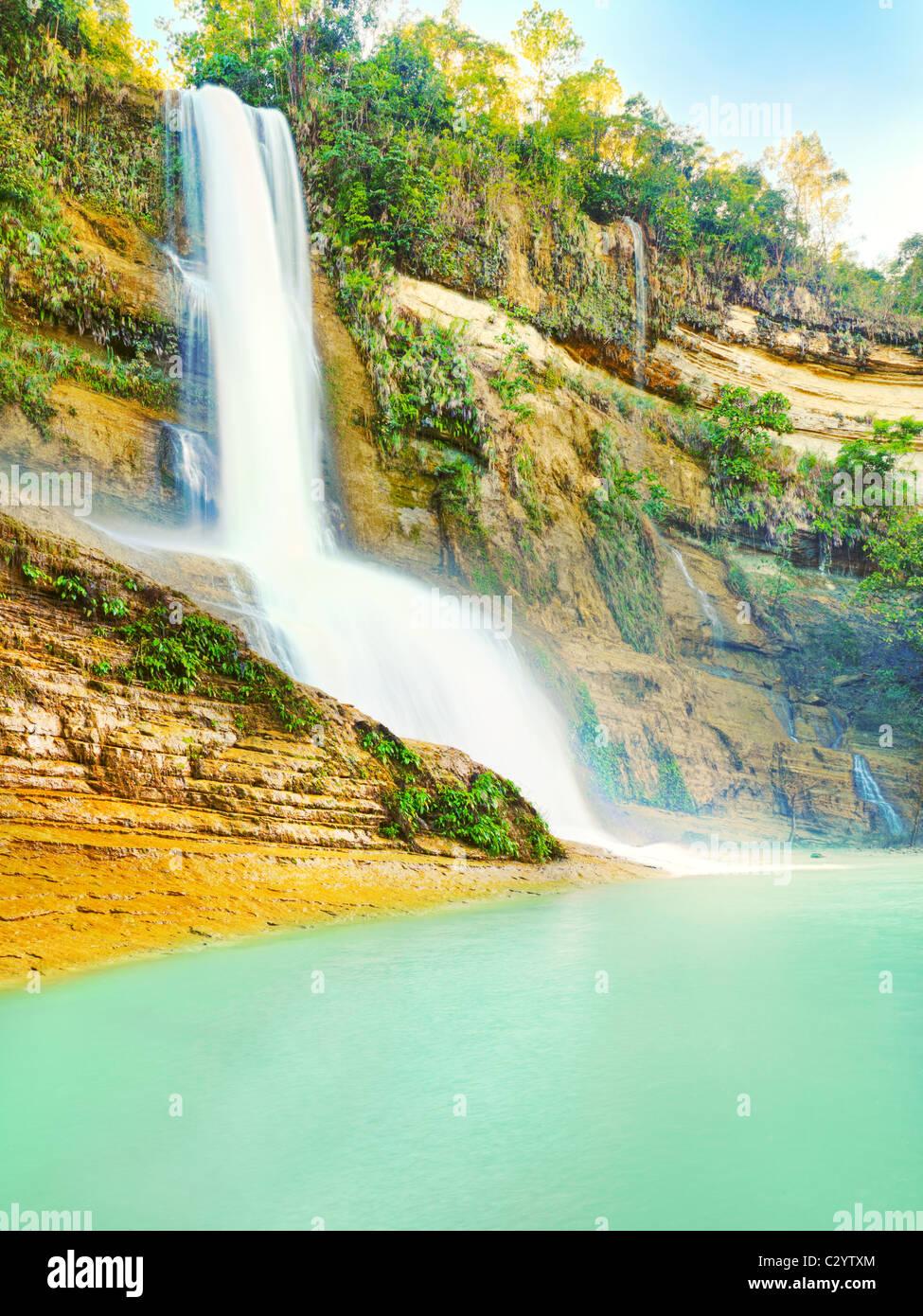 Hermosa cascada en día soleado de verano. Bohol Imagen De Stock