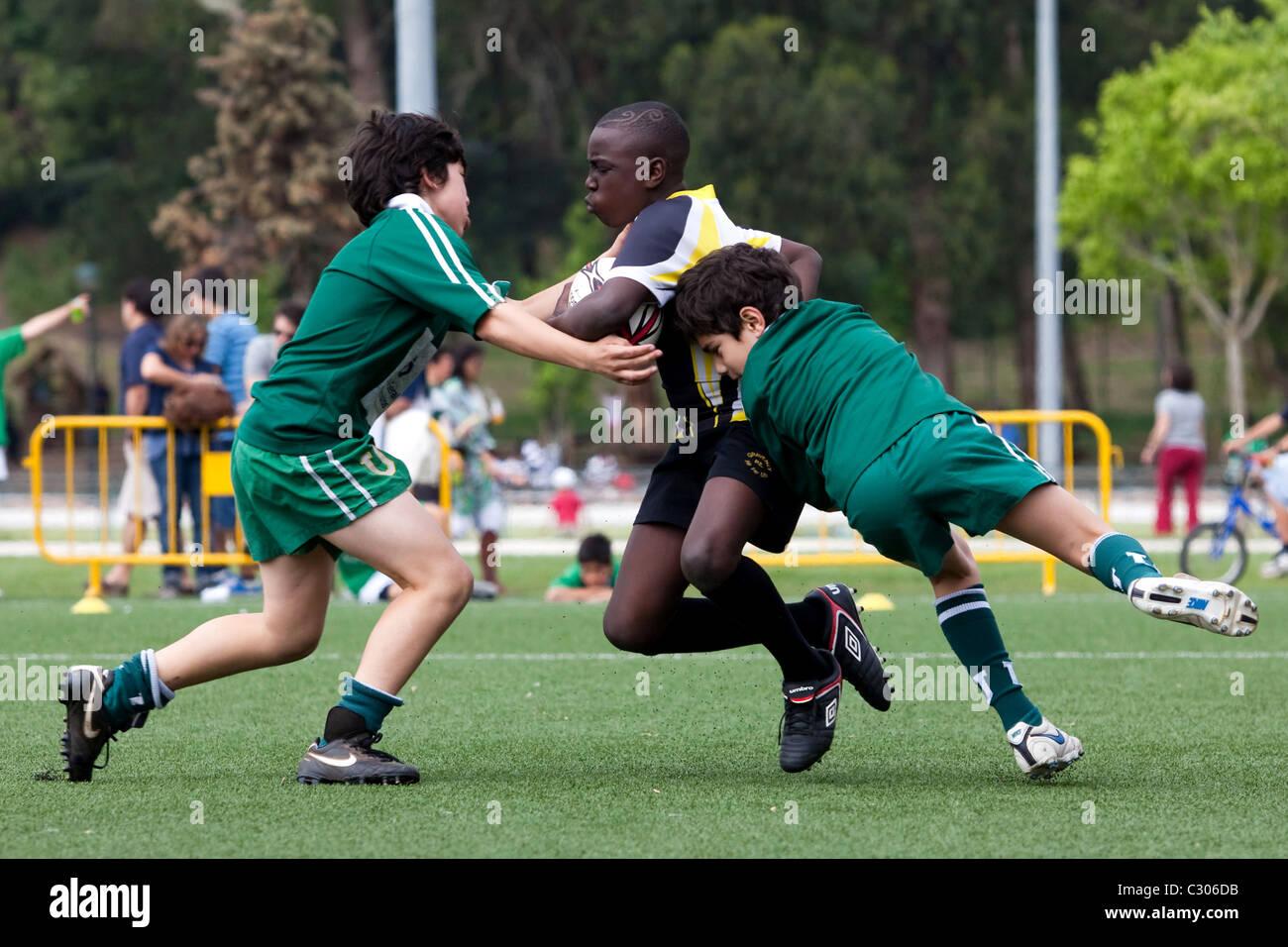Los muchachos playng rugby en el Rugby 2011 Festival de la Juventud de Portugal, Lisboa. Imagen De Stock