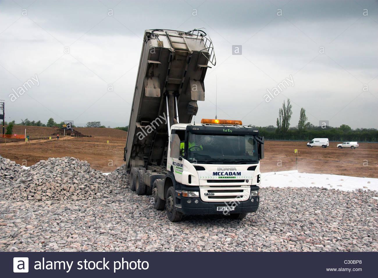 Un camión volquete Scania ocho wheeler descarga de áridos en Gloucestershire, Reino Unido. Imagen De Stock