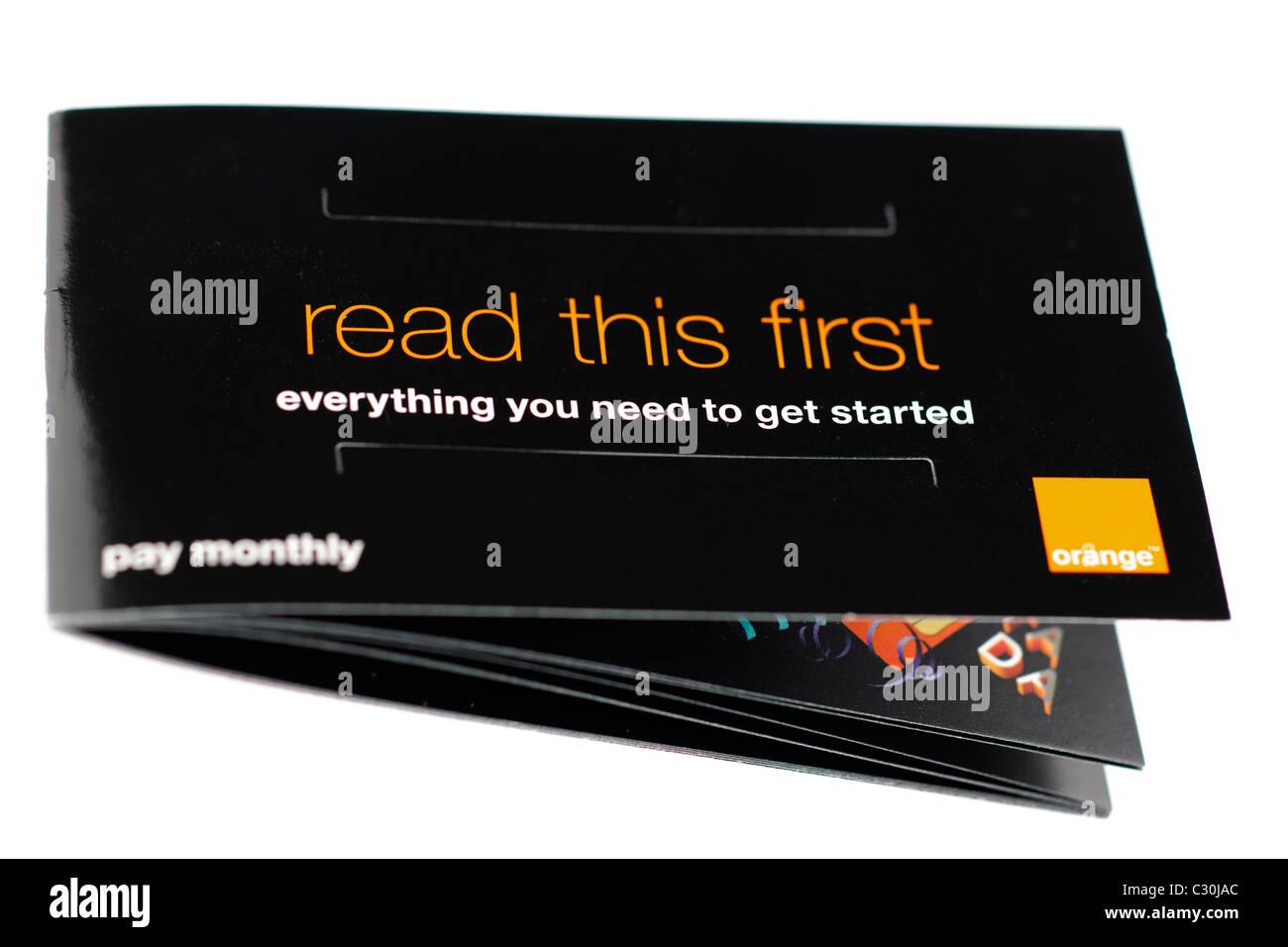 Orange mobile phone folleto titulado Lea esto primero todo lo que necesita para empezar. Sólo EDITORIAL Foto de stock