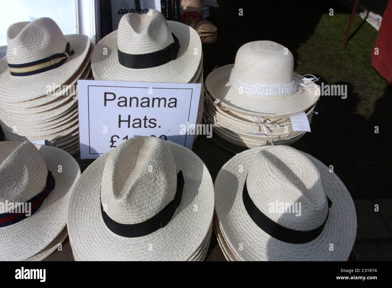 bc269e8256216 Una mujer intenta en Panamá o jipijapa sombrero en una pequeña tienda en  becal