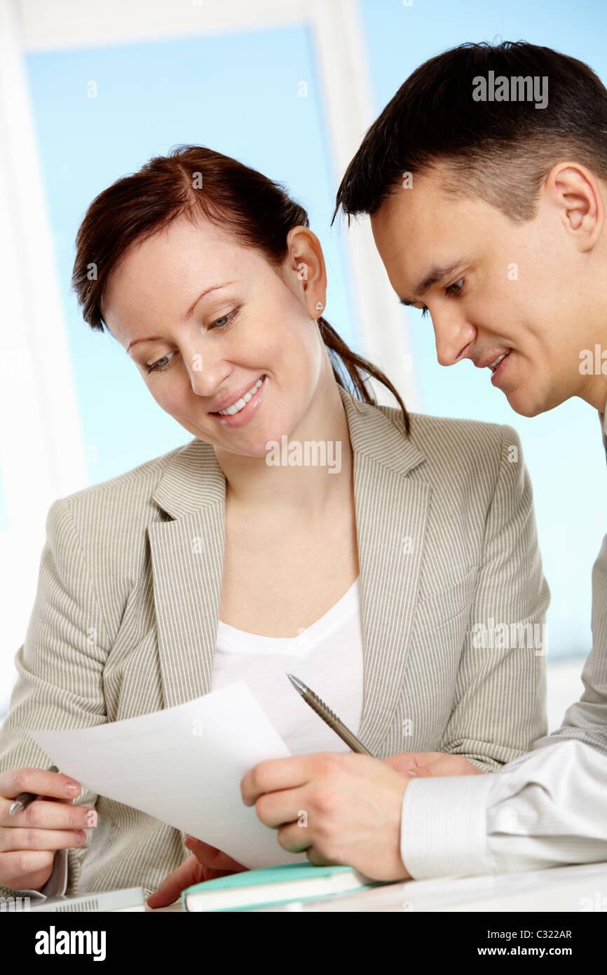Dos compañeros discutiendo la nueva estrategia de negocios en la reunión Imagen De Stock