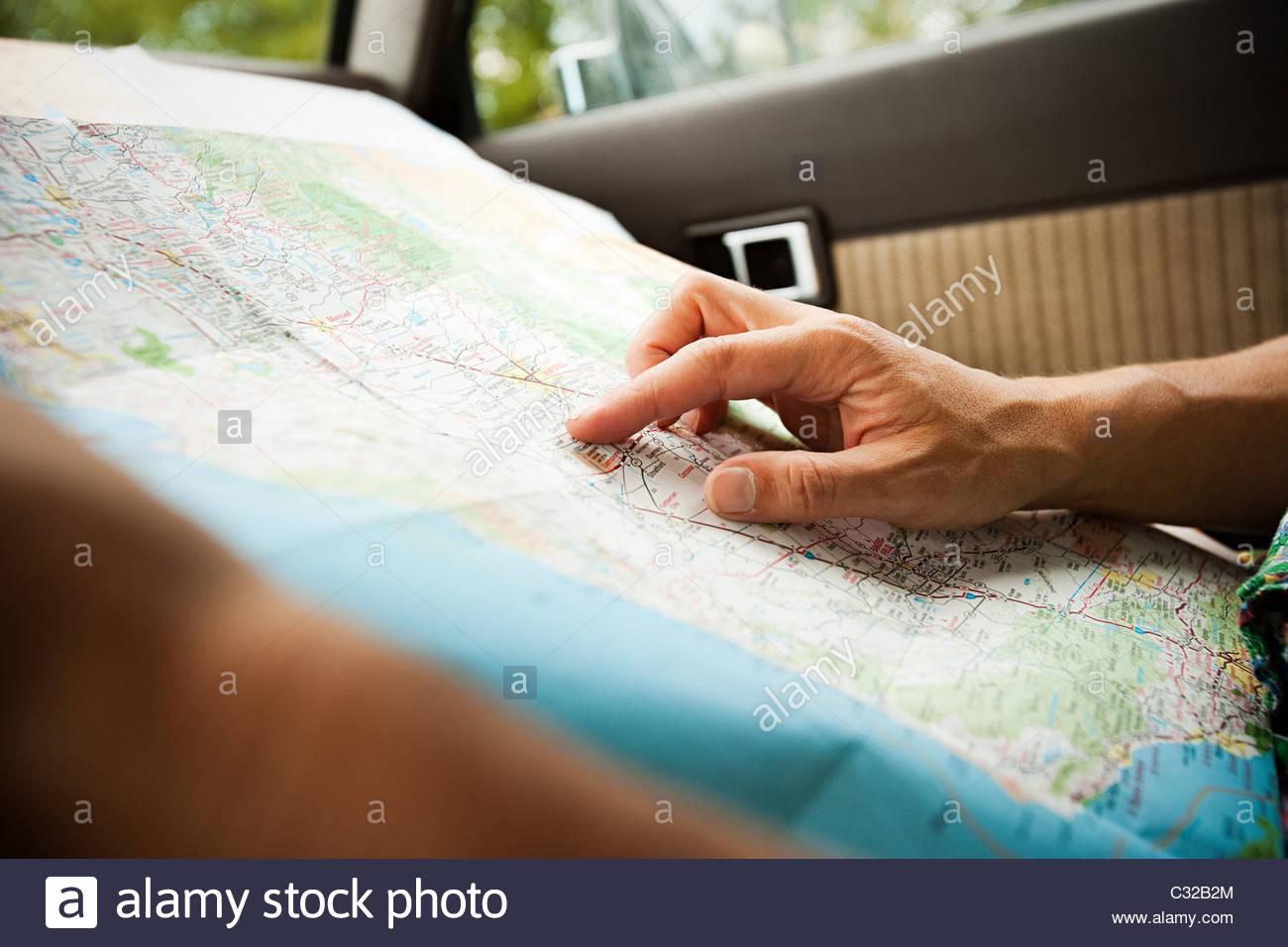 Persona con un mapa Imagen De Stock