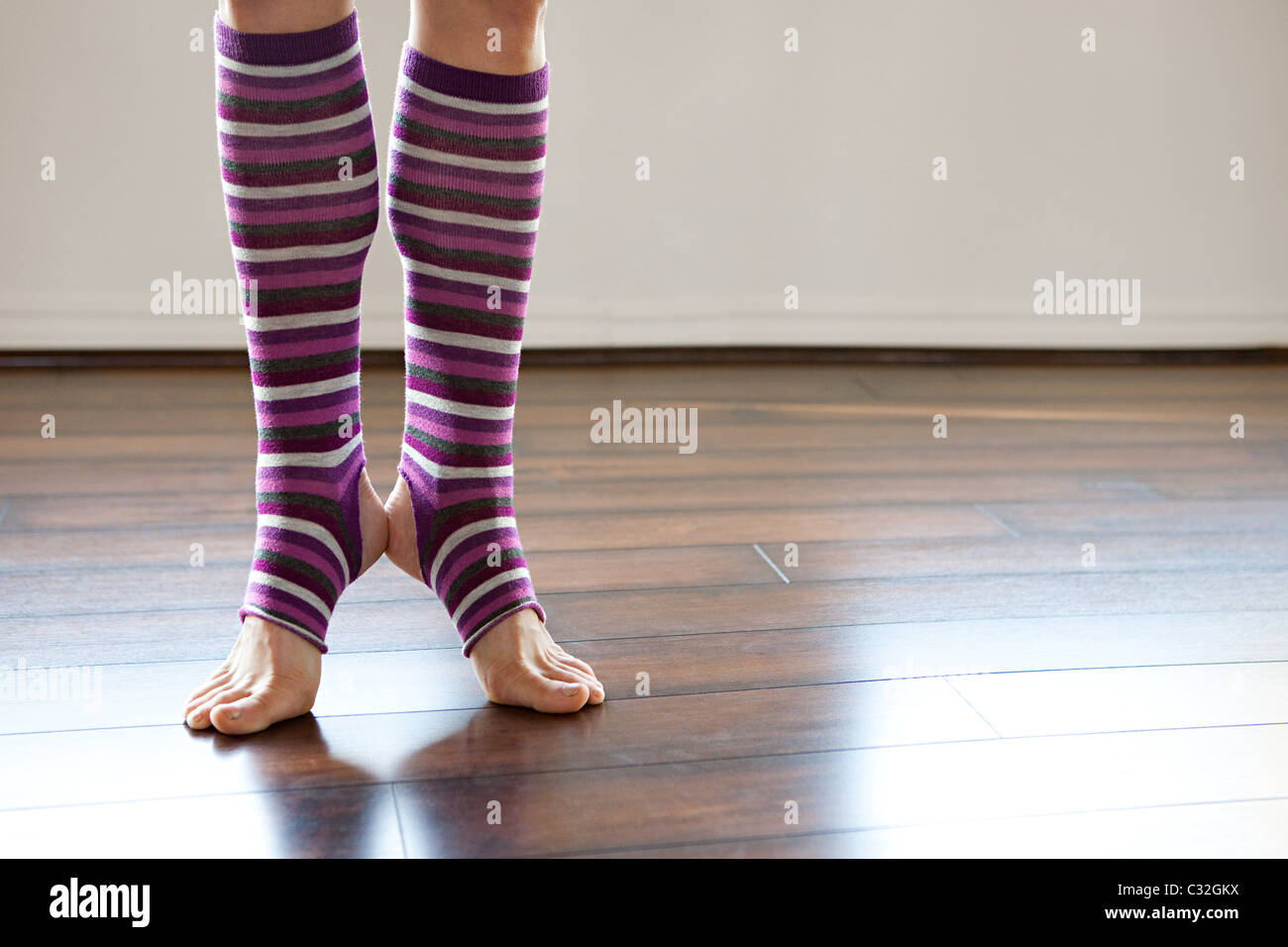 Mujer vistiendo stripey legwarmers en puntillas Imagen De Stock