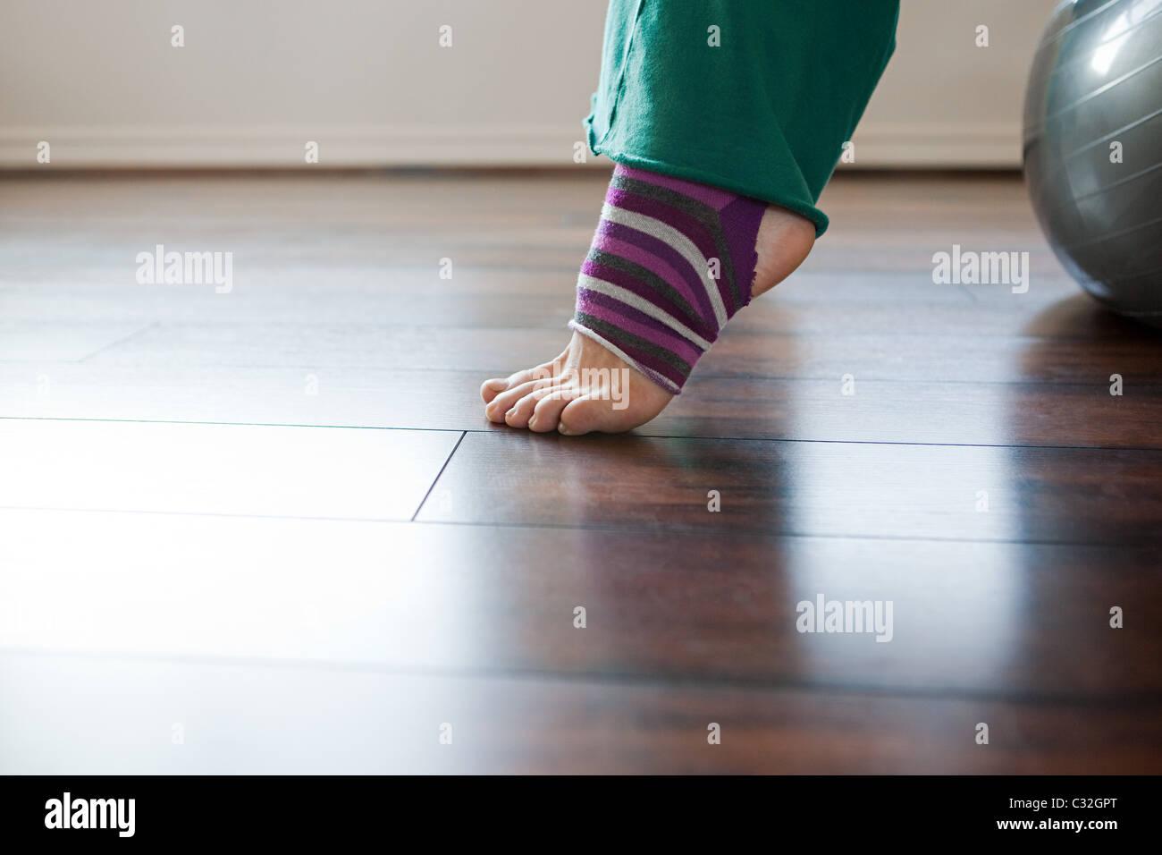 Mujeres vistiendo stripey legwarmers en ejercicio de pelota Imagen De Stock