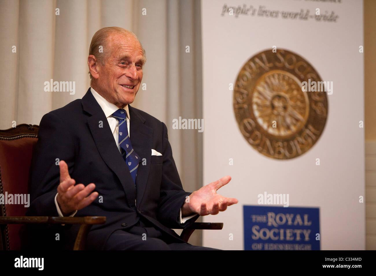 El Duque de Edimburgo en la Royal Society de Edimburgo para presentar Royal medallas Foto de stock