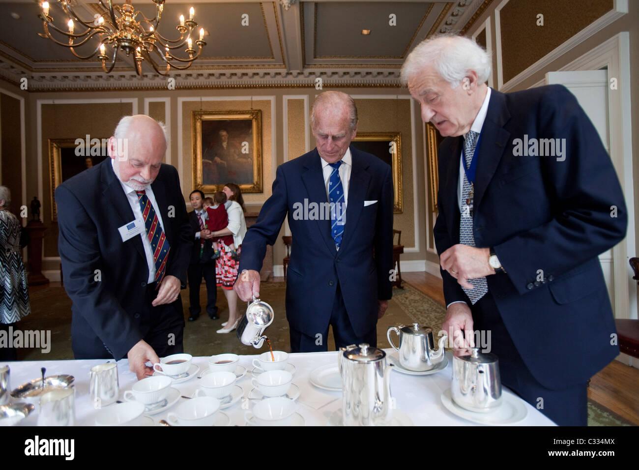 Su Alteza Real el Duque de Edimburgo, el Príncipe Felipe, vierte té para sí mismo y para los demás Imagen De Stock