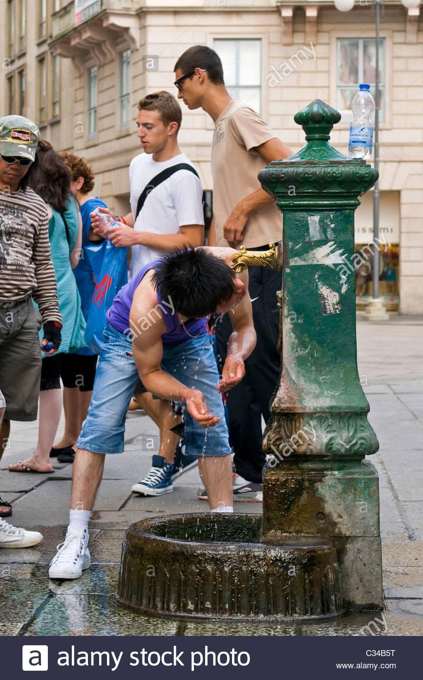 Enfriar en una fuente, cerca de la plaza del Duomo de Milán, Italia Imagen De Stock