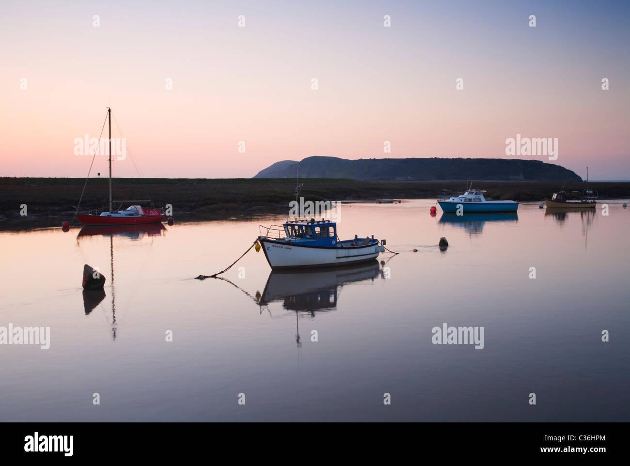 Barcas en el río Hacha con Brean abajo en la distancia. Somerset. Inglaterra. En el Reino Unido. Imagen De Stock