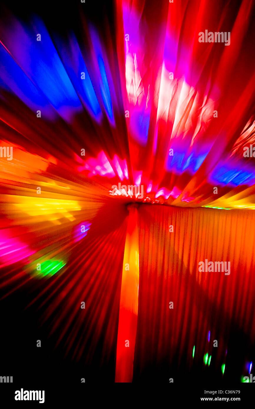 Colores vivos brillantes luces de fiesta de disco dentro de boda marquee.formato vertical.copia el espacio. Imagen De Stock