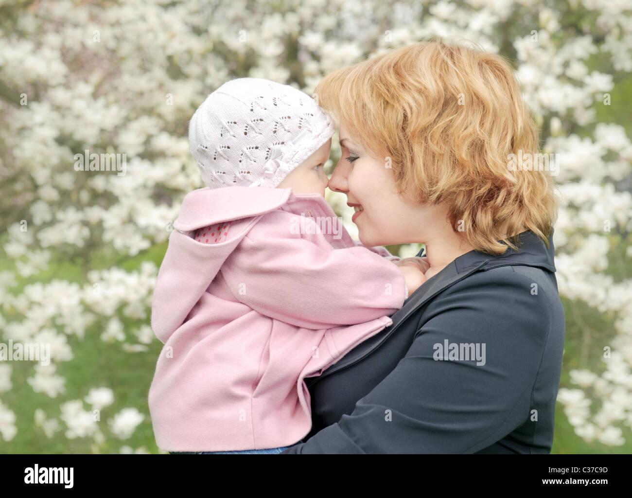 Madre con su hija en el parque. Felicidad Imagen De Stock