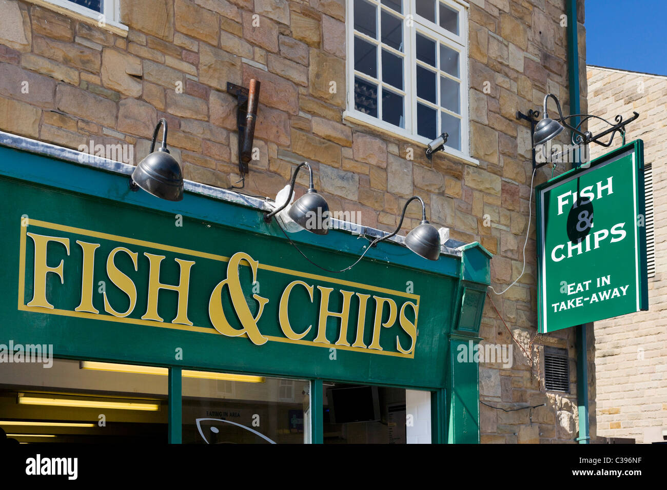 Los tradicionales Fish and Chip Shop, Bakewell, el Peak District, Derbyshire, Reino Unido Imagen De Stock