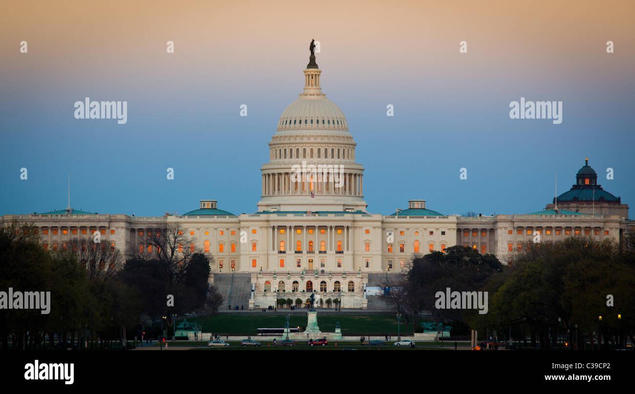 El Capitolio de los Estados Unidos al final del National Mall en Washington, DC, visto al atardecer Imagen De Stock