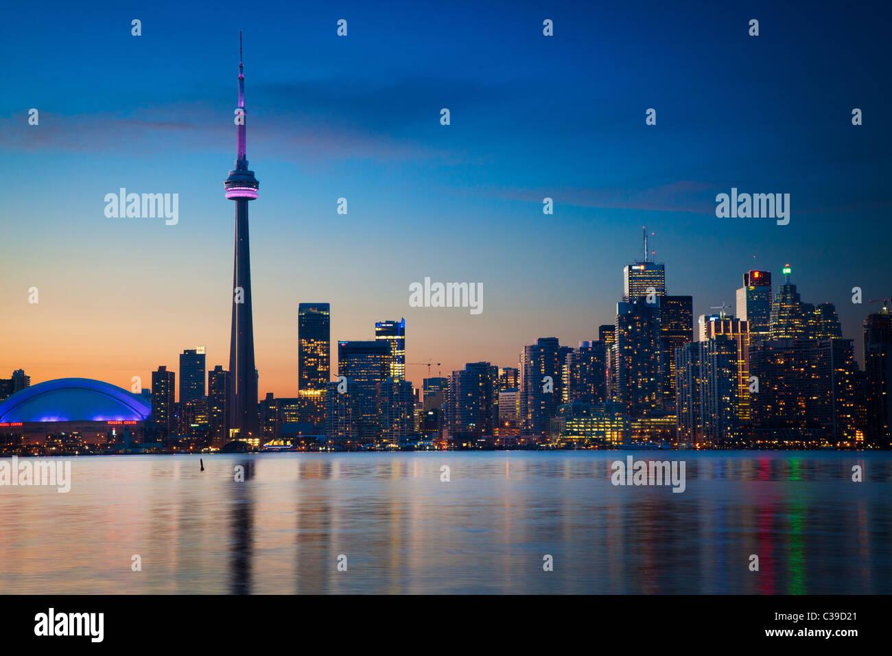 El centro de Toronto skyline, incluyendo la Torre CN y el Centro Rogers, como se ve en las primeras horas de la Imagen De Stock