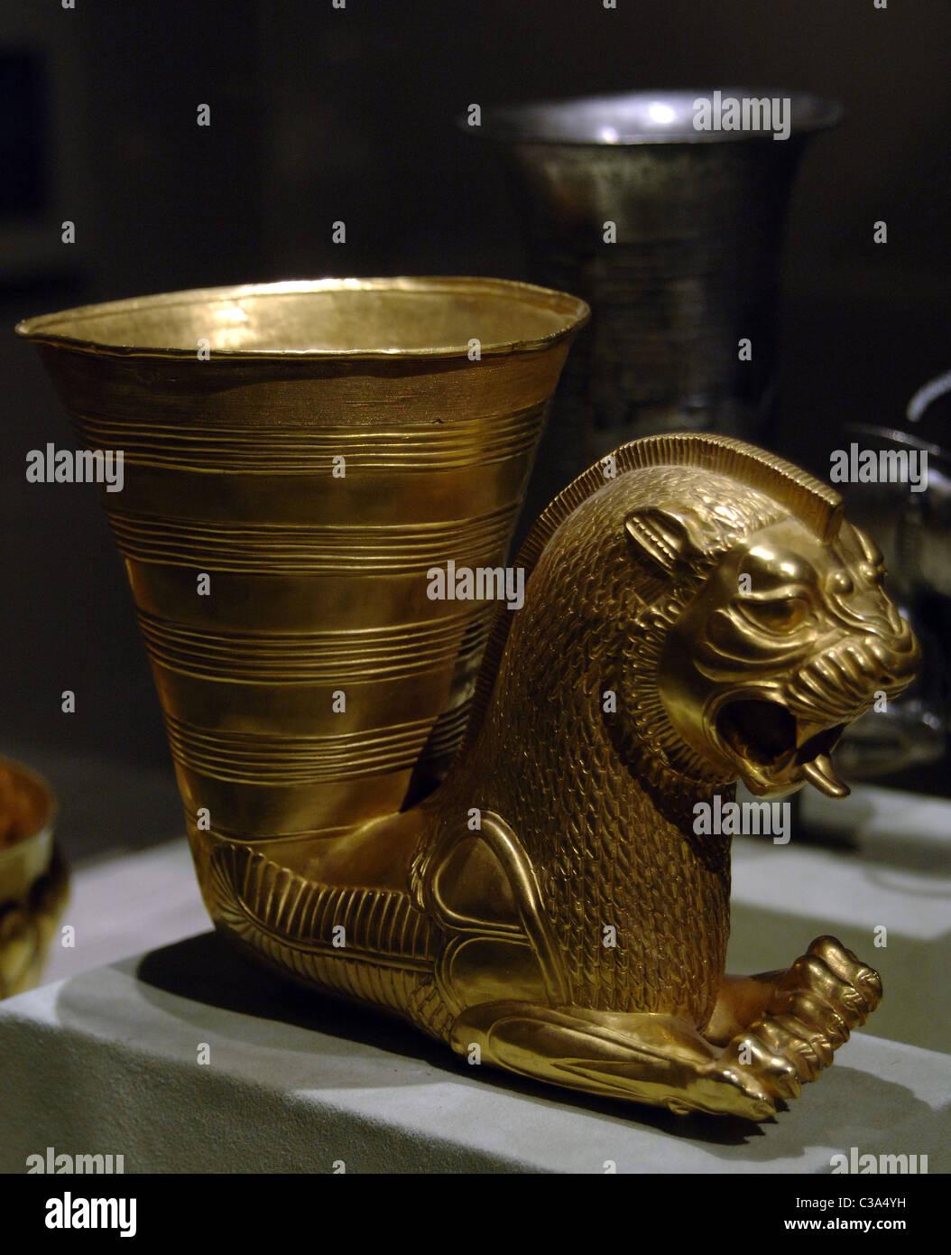 Art. Persian-Achaemenid República Islámica de Irán. Rhyton de oro decorado con una fantástica criatura leonina. Foto de stock