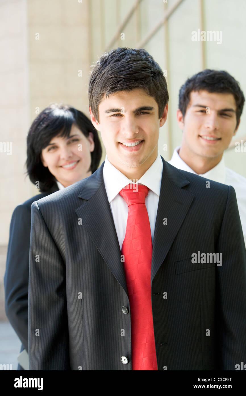 Retrato de empresario exitoso con sus compañeros a fondo Imagen De Stock