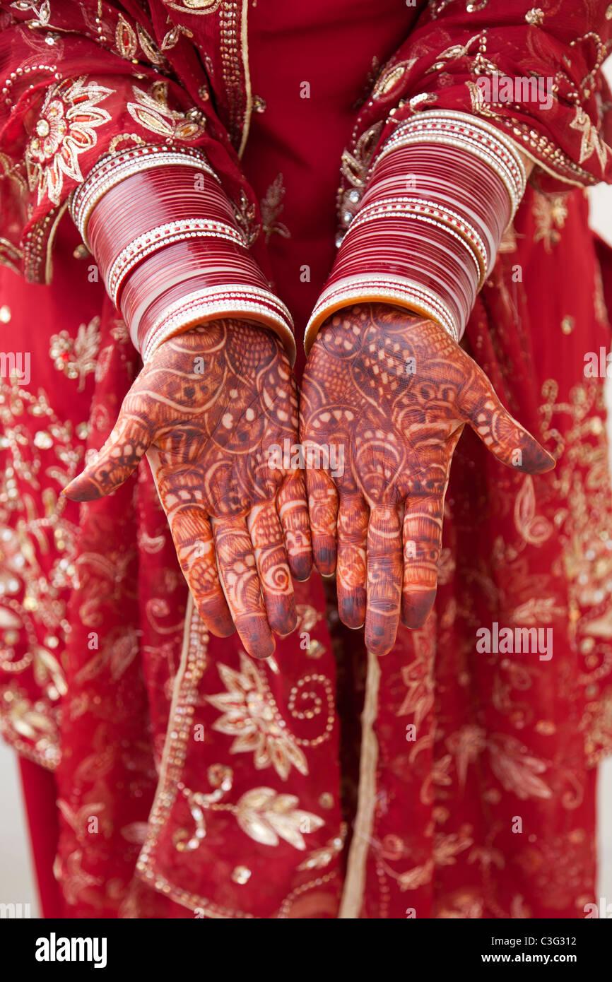 Ornamentada decoración india en manos de mujer caucásica Foto de stock