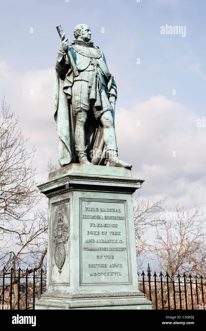 El Duque de Edimburgo estatua fuera del Castillo de Edimburgo Escocia Imagen De Stock