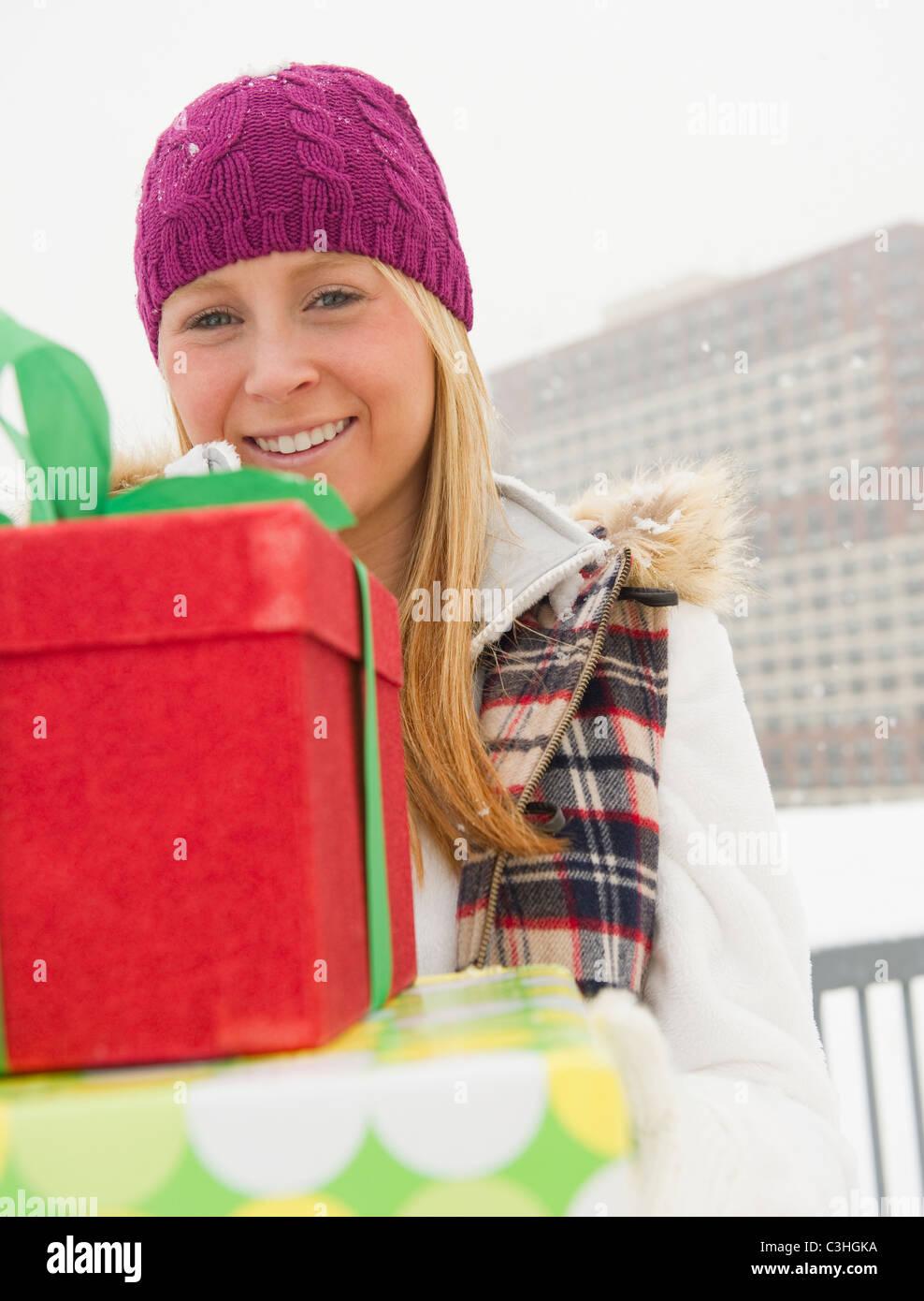 Mujer sosteniendo regalos de Navidad Imagen De Stock