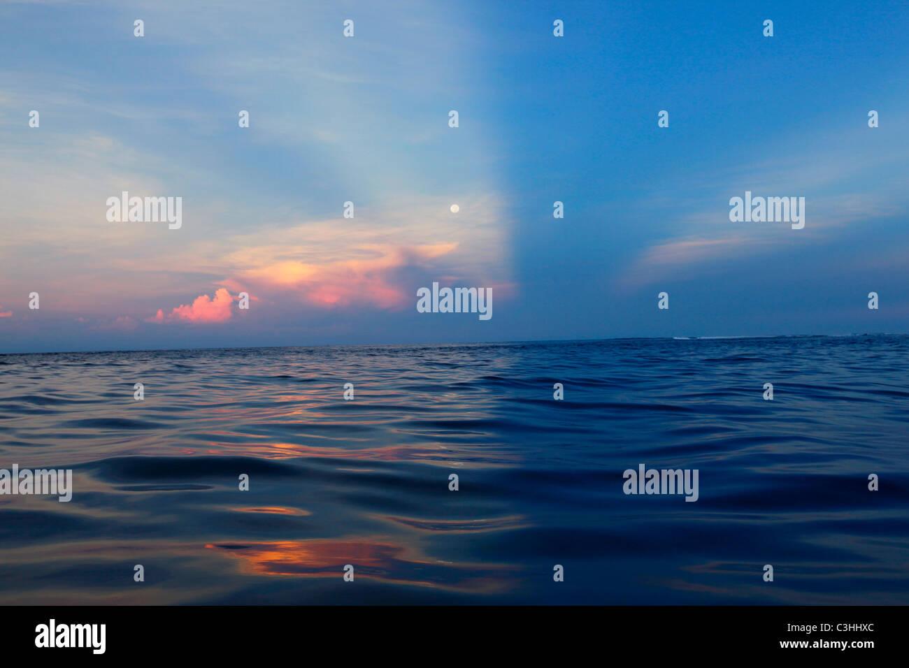 Moonset completo, Mamanucas, Fiji Foto de stock