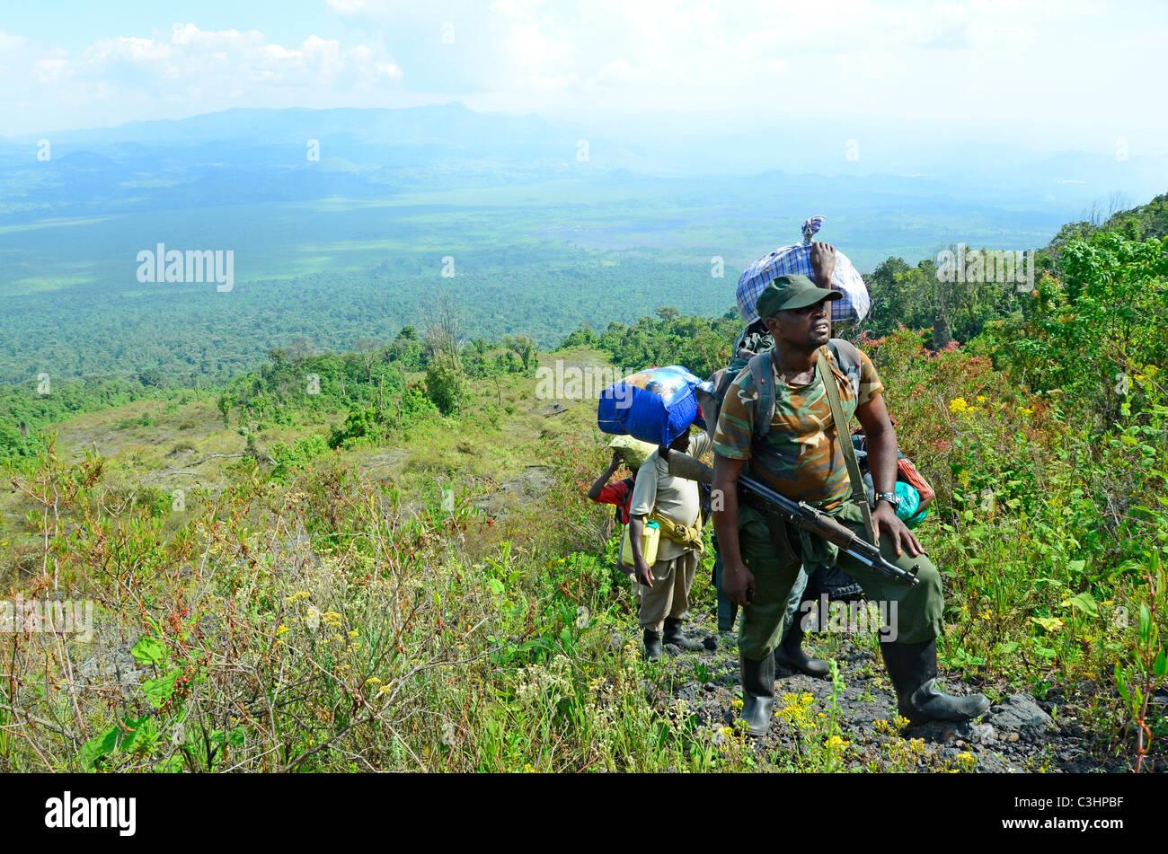Senderismo en el Nyiragongo volcán activo en la región alpina del Parque Nacional de Virunga, en el este Imagen De Stock